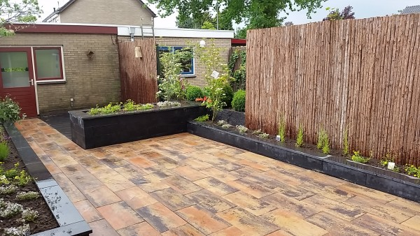 Tuinrenovatie Elburg – bestrating – borders – beplanting.